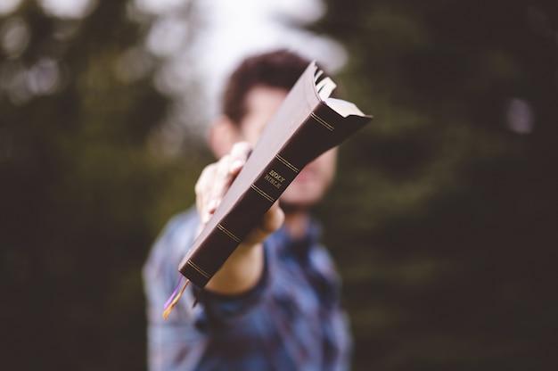 남성 서 손에 책을 들고