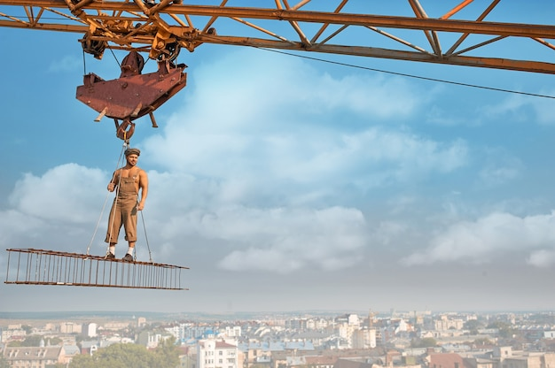 Мужчина, стоящий на строительстве на высоком