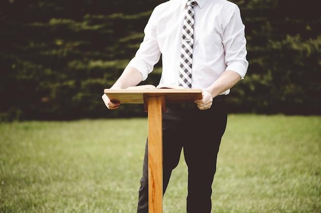 公園の表彰台に立っている男性