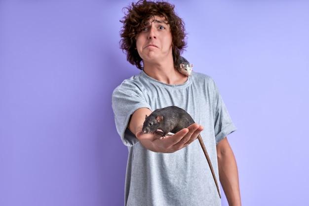 남성 손에 회색 쥐와 보라색 벽에 고립 된 어깨에 다른 쥐, 가축을 두려워하는 남자의 초상화