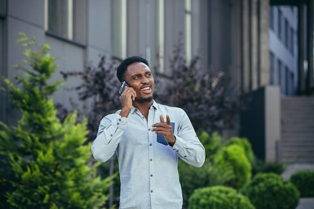 점심 시간에 걷는 큰 집 근처에서 전화 통화를 하는 남학생
