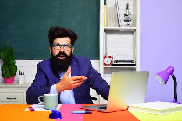 教室で学ぶ男子生徒教師教育知識コンセプトコーヒーが学校に戻る