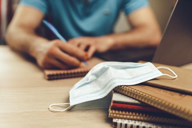 Студент учится дома во время карантина