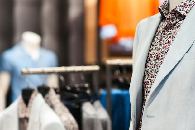 Мужской костюм из легкой куртки и рубашки с цветочным узором в магазине