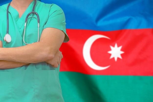 Мужской хирург или врач со стетоскопом против флага азербайджана