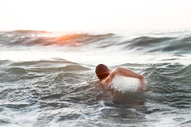 海で泳ぐ男性スイマー