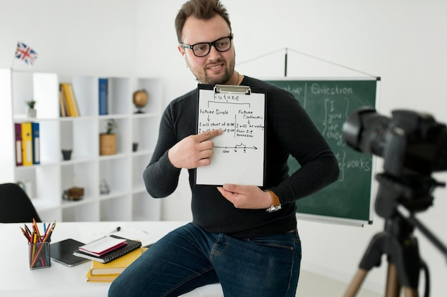 그의 학생들을 위해 온라인 영어 수업을하는 남성 교사