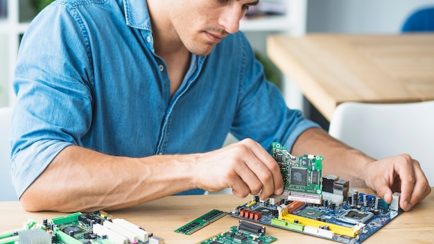 Техник-мужчина, собирающий аппаратное оборудование