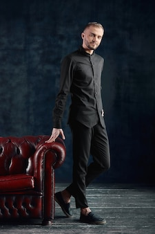Подросток-мужчина, современный бизнесмен в повседневной одежде, новая волна в бизнесе. нестандартный бизнес, ип, страт ап. скопируйте пространство.