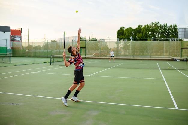 라켓과 남성 테니스 선수, 야외 코트에서 훈련. 활동적인 건강한 라이프 스타일, 사람들은 스포츠 게임, 라켓을 사용한 피트니스 운동