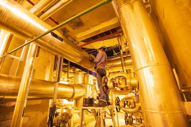 Мужчина должен быть работником ремня безопасности, открытая изоляция, визуальный осмотр внутри диспетчерской, клапан, резервуар, трубопровод, гидроэлектростанции