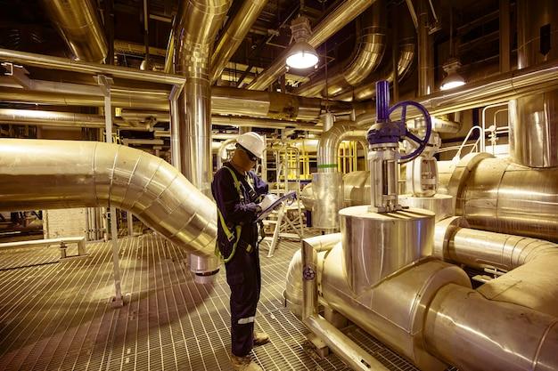 Мужчина, чтобы быть работником, визуальный осмотр внутри трубопровода диспетчерской