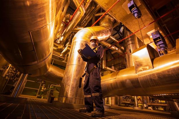 제어실 밸브 탱크 파이프라인 발전소 내부 작업자 육안 검사가 될 남성