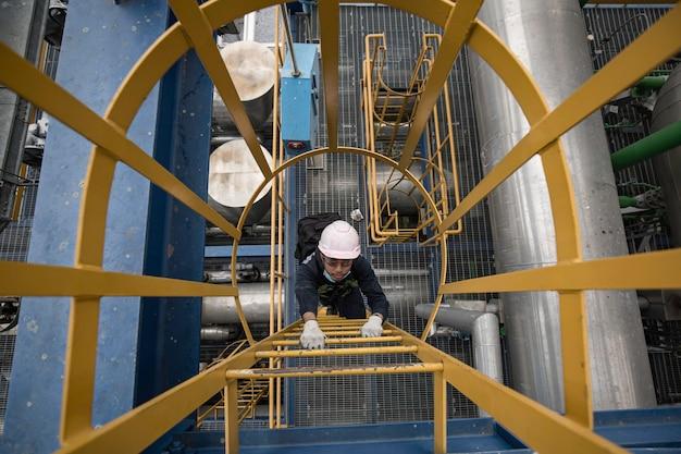 男性の上面図は、階段の足場検査パイプライン送電変電所と発電所を登る