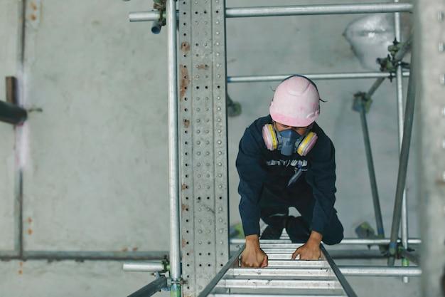 男性の上面図は階段収納足場目視検査タンクオイルを登る