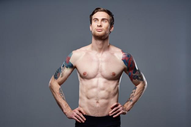 남성 토플리스 근육이 복근 문신 자른 운동보기