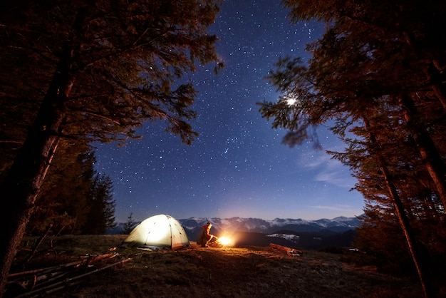 Мужчина-турист отдыхает в лагере