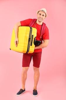 荷物を持った男性観光客
