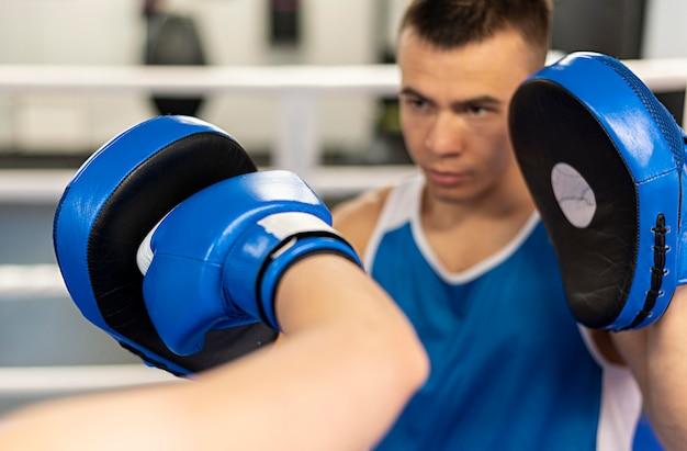 ボクシングを教える男性トレーナー
