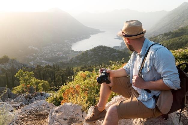 屋外のモンテネグロの男性旅行者