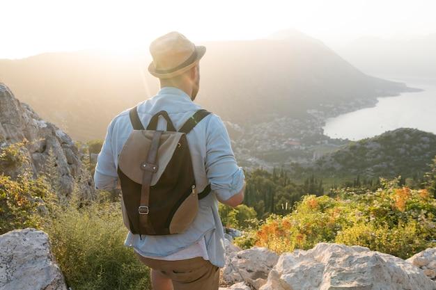 Путешественник в черногории на открытом воздухе