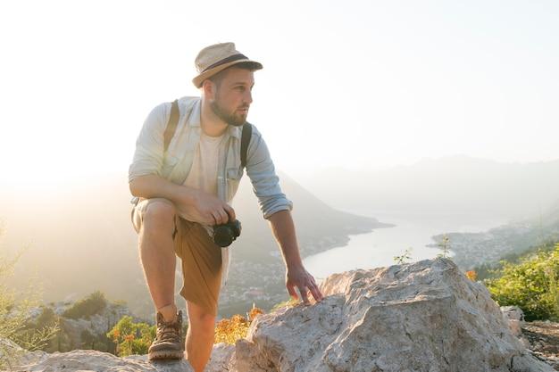 Viaggiatore maschio in montenegro all'aperto