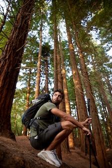 森の中でリラックスする男性旅行者