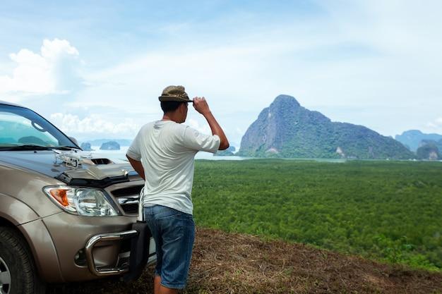 놀라운 풍경보기를 즐기면서 서있는 남성 여행자