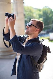 야외에서 카메라와 함께 남성 여행자