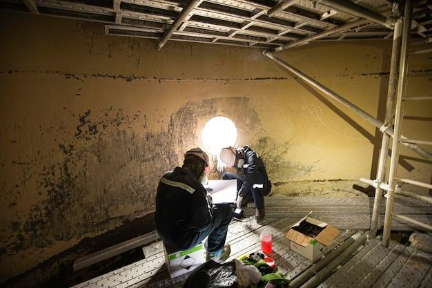 남성 2명 작업자 검사 스캔 탱크 녹 두께 바닥판에 밀폐