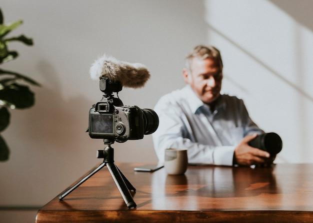 チュートリアルを撮影する男性のvlogger