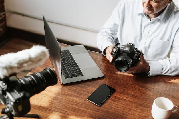 Мужской видеоблогер снимает урок