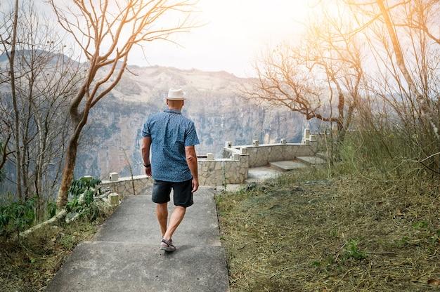 男性はメキシコの山を歩きます。高品質の写真