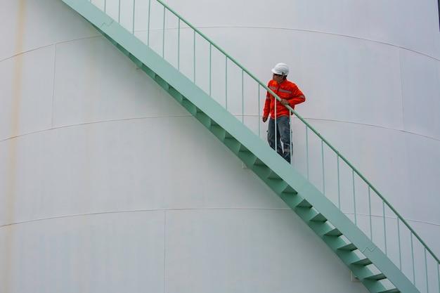 계단을 걷는 남성 시각적 저장 탱크 오일