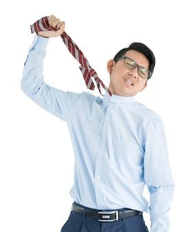 Мужчина в синей рубашке и красном галстуке протягивает руку, изолирован на белом фоне