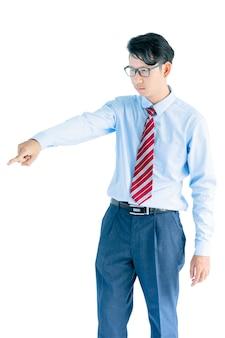 Мужчина в синей рубашке и красном галстуке достигает позирования в студии, изолированной на белом фоне с обтравочным контуром