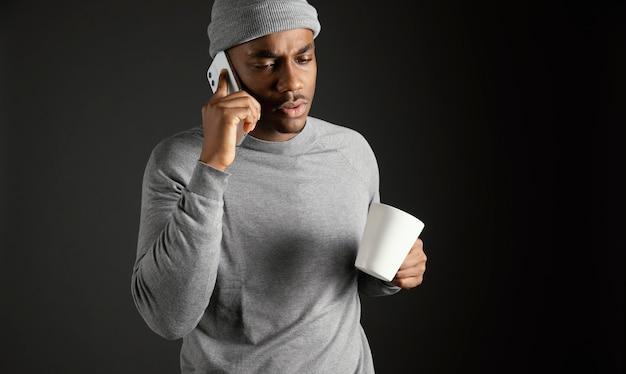 전화 통화하는 남성 입고 모자