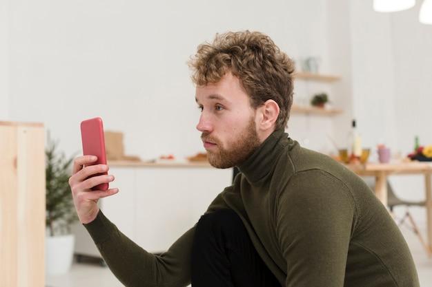Maschio con telefono scattare foto