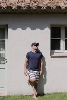 선글라스와 수영복 야외 벽에 기대어 남성