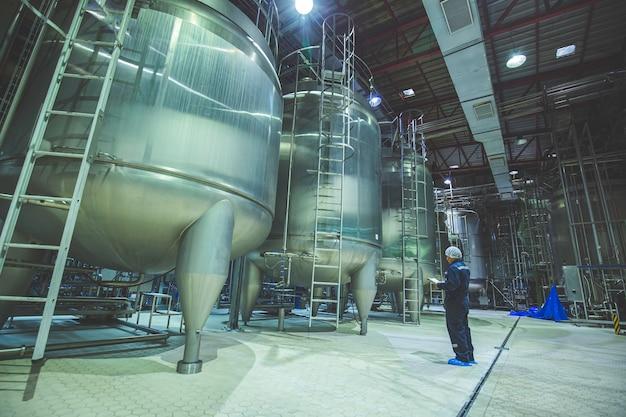 縦型ステンレスタンク工場での男性作業検査工程粉乳セラー