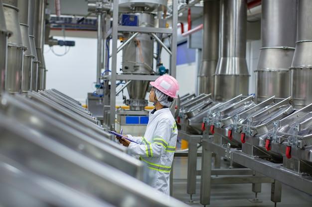 垂直ステンレス鋼タンク工場での男性の作業検査プロセスパウダーセラー
