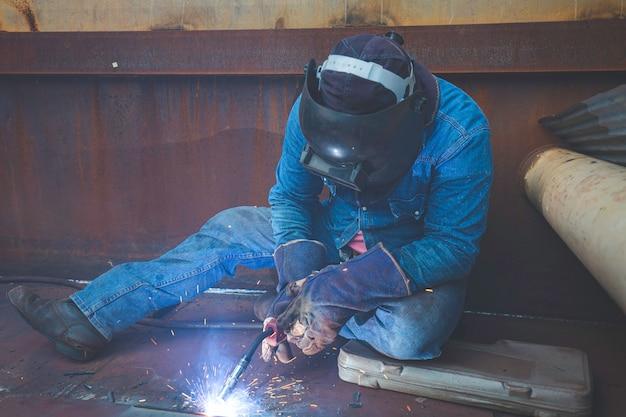 남성 작업 금속 불활성 가스(mig) 용접 또는 금속판 탄소강을 구조에 용접합니다. 프로세스는 반자동 또는 자동일 수 있습니다.