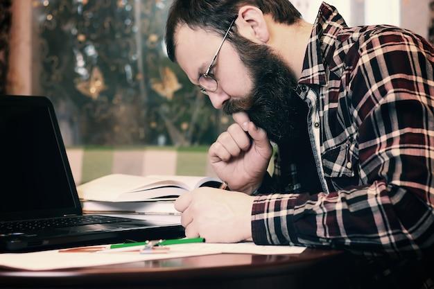 ひげを生やした男性の仕事ノート