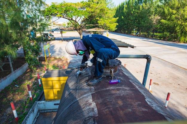 남성 작업자는 검사용 초음파 두께 수평 탱크 플레이트 저장 탱크 상단
