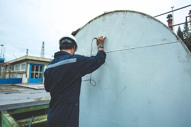 Рабочие-мужчины для проверки ультразвуковой толщины горизонтальной плиты резервуара верхней части резервуара для хранения