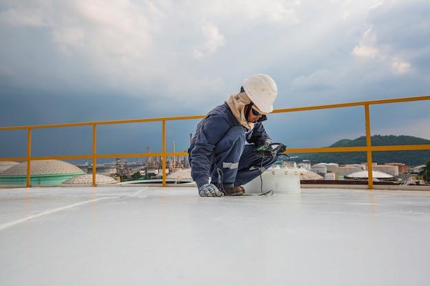 Рабочие-мужчины для проверки ультразвуковой толщины плиты крыши резервуара для хранения