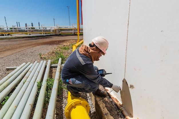 男性労働者は貯蔵タンクの超音波厚さシェルプレートを検査するためのものです