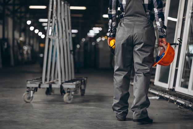 공장에서 남성 노동자