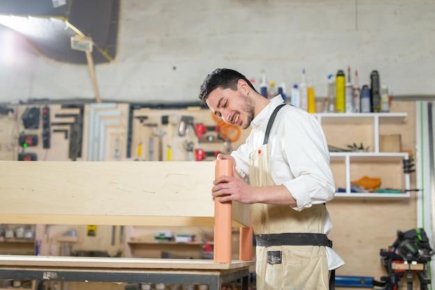Работник-мужчина на производстве мебели
