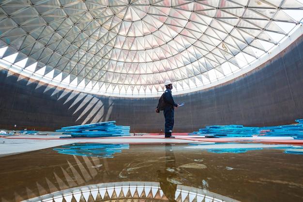 Мужской рабочий файл записи визуального осмотра резервуара в замкнутом пространстве - это осветительный купол на крыше